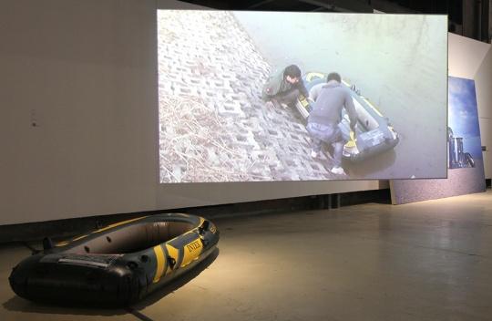 """徐渠 《逆水行舟》 标清录像、橡皮艇 14'58"""" 2011"""