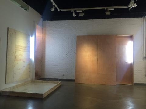 吴震寰 《观照图》装置、木箱、塑料膜、水、灯管 2016