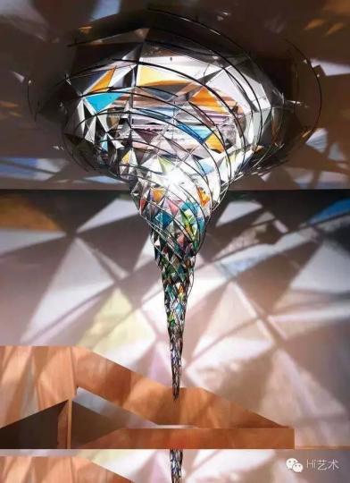 埃利亚松作品《锥形螺旋》位于德国慕尼黑的Lenbachhaus博物馆中庭