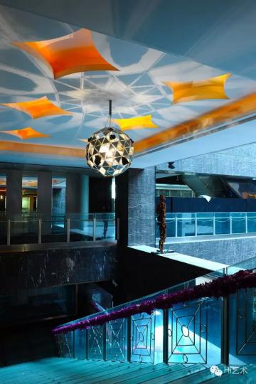 乔志兵上海之夜楼梯中庭是丹麦艺术家奥拉夫·埃利亚松的灯箱装置,他的作品已成为许多公共空间的新宠 摄影 董林