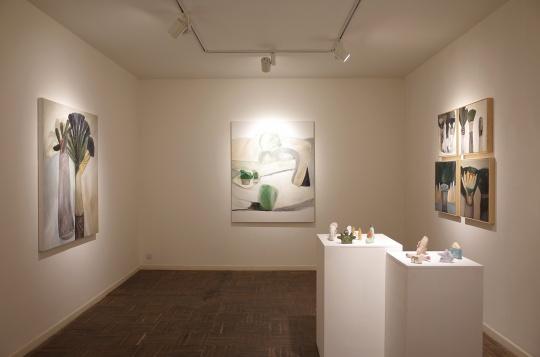 王一韦带来的三组油画作品及雕塑作品