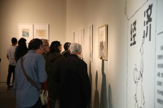 展览现场 每张画前都有人专心欣赏作品