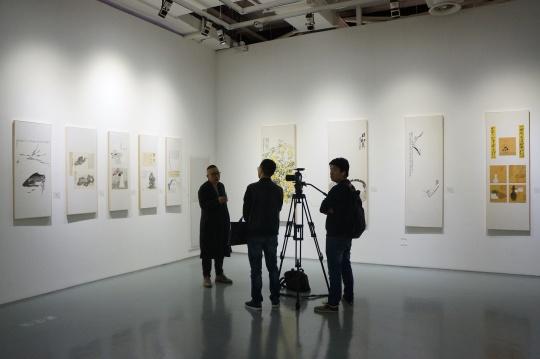 艺术家李云雷在其作品前受访
