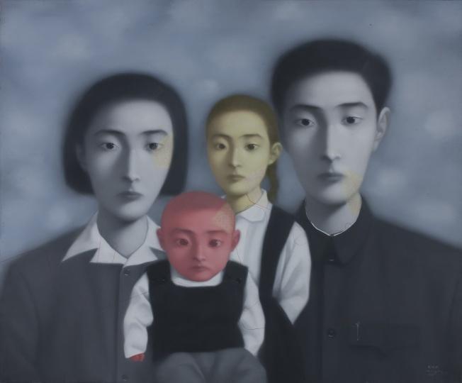 张晓刚 《血缘——大家庭17号》149 x 180.5cm 布面油彩 1998  香港M+ 希克藏品(捐赠) 图片由艺术家及西九文化区管理局提供