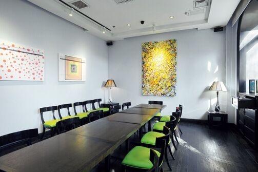 Gracie 酒店会议室,浅蓝色的墙壁与油画融洽得正好