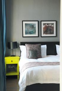 酒店床头的作品,和房间的素雅格调相衬