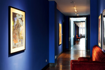 深蓝色的走廊,一眼望去两侧挂满油画