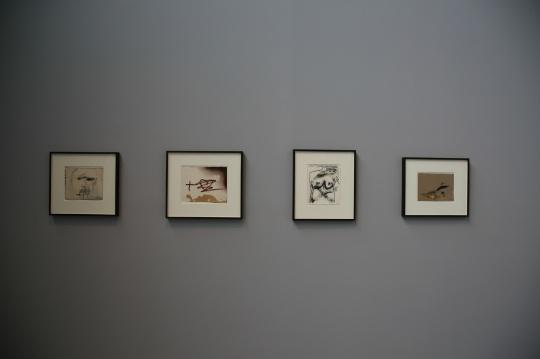 Antoni Tapies 《Cara difuminada》纸上油彩及铅笔 23.3×27.6cm 2005年  《Dibuix vernis Ⅱ》纸上油彩及铅笔 25.5×32cm 2004年  《10 papers Ⅸ》纸上油彩,铅笔及拼贴27.9×22.7cm 2008年  《Taca ocre i grafismes》纸上油彩及墨水20×27.5cm 2004年