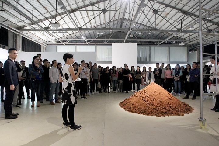 """""""事件的地貌""""开幕现场,由艺术总监刘秀仪为现场观众讲解作品的背景"""