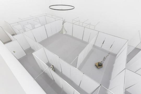"""杨健""""无穷的开始""""展览 从二楼俯瞰迷宫内部"""