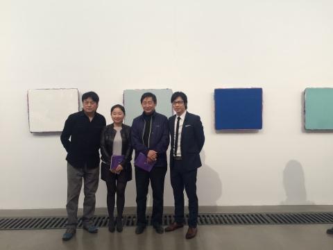 艺术家马树青(左一)、亚洲艺术中心(北京)总经理李宜霖(右一)与观展嘉宾现场合影