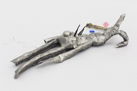 杨健 《爱丽丝的漫游》装置 铅皮、玻璃钢、木头、滤光片、路由器, 117×60×25cm2016