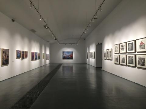 展厅左侧的墙上展示的是孔千天津系列作品,右侧则是孔千素描作品