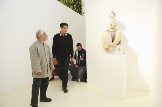 刘恺为来到现场的栗宪庭做导览