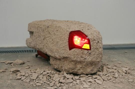邵一 《亮灯工程》 装置 凝灰岩、汽车尾灯、钢板、变压器、千斤顶 尺寸可变 2016