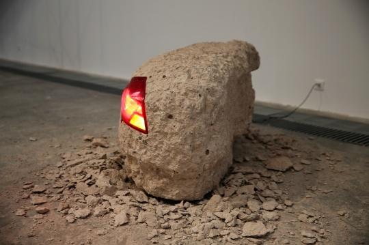 换一个角度看一下《亮灯工程》装置 凝灰岩、汽车尾灯、钢板、变压器、千斤顶 尺寸可变 2016