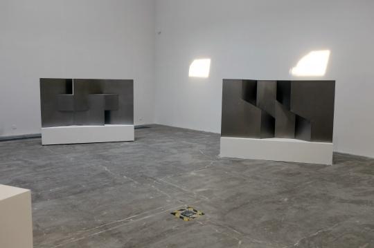 邵一 《涟漪1》 装置 钢板 120×216×27cm 2016(左)  《涟漪2》 装置 钢板 120×224×25cm(右)