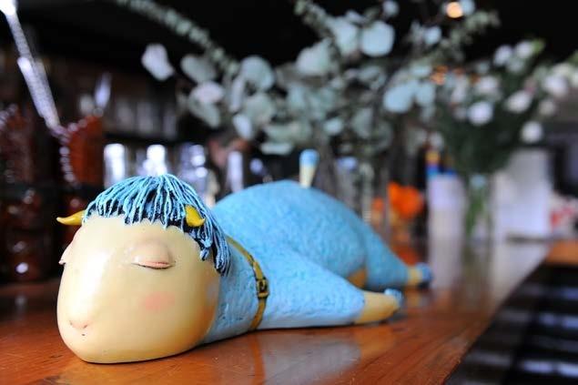 艺术家范睿晨的雕塑《瓦莱之晨》,静静地趴在吧台的桌上