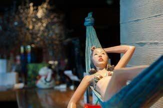 乔小幻的《加州妈妈》被放置在餐厅的前台,和餐厅惬意的 气氛融合地恰到好处