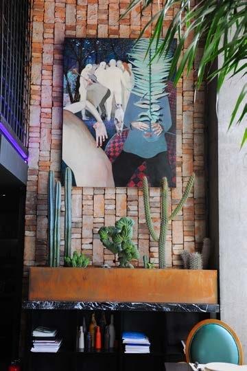 大森自己的藏品,艺术家王开良的《离不开的矛盾圈》在绿植掩映后的红砖墙面上
