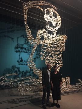 邬建安(左一)与来宾在《大骨架》前
