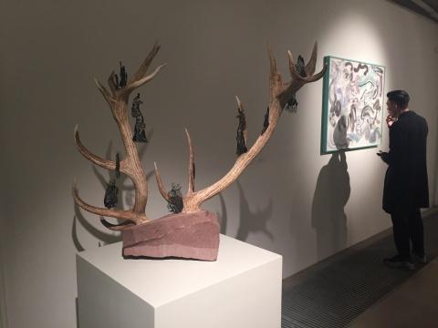 由鹿角、石头、钢板激光镂刻创作的《仙家》,远处是作品《五百笔#4》