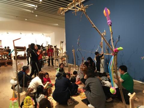 现场随处可见家长与孩子之间借用艺术作品进行互动的环节