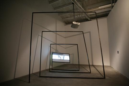 入口右侧的展厅陈列的是章清的作品《波士顿》