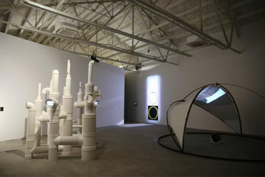 最大的展厅内陈列三件章清最新的作品,现场对空间的使用十分恰当,可以看出工作人员的用心。左侧的作品为《地下》,右侧《别太怪》,后方背景处作品为《谨慎》