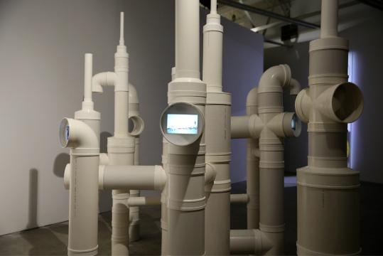 作品《地下》由八个屏幕组成,屏幕分布在下水管的各个位置,有与视线平行的,也有需要向上和向下观看的显示频幕
