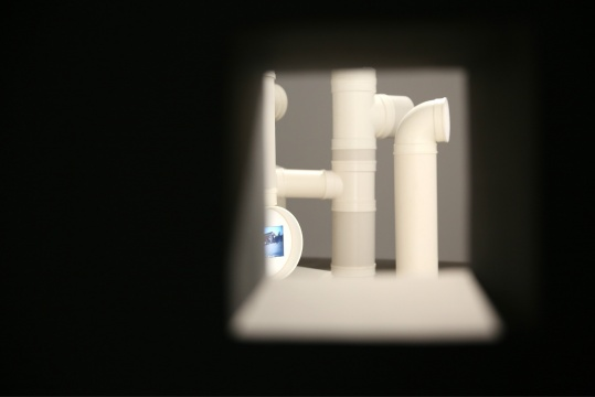 展厅内布置很多小孔,观众可以从这些小孔窥探另一个房间内的作品。展现了章清作品中监视与窥探的主题,但观众不知道的是章清在展览现场也布置摄像头,来窥探观众的窥探。