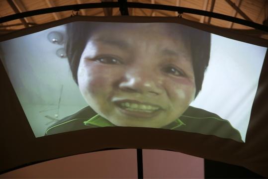影像装置作品《别太怪》细节 一个大妈正在和婴儿(观众)对话