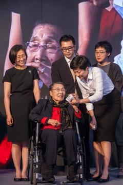 王式廓夫人 吴咸女士上台致辞,并给获奖者颁奖
