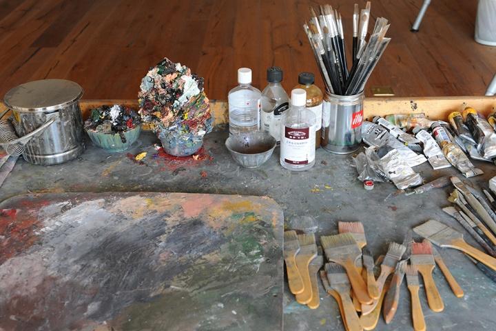 """画笔、颜料、刷子、调色盘以及其它画具。让人惊讶的是由颜料堆积而成的""""冰激凌"""""""