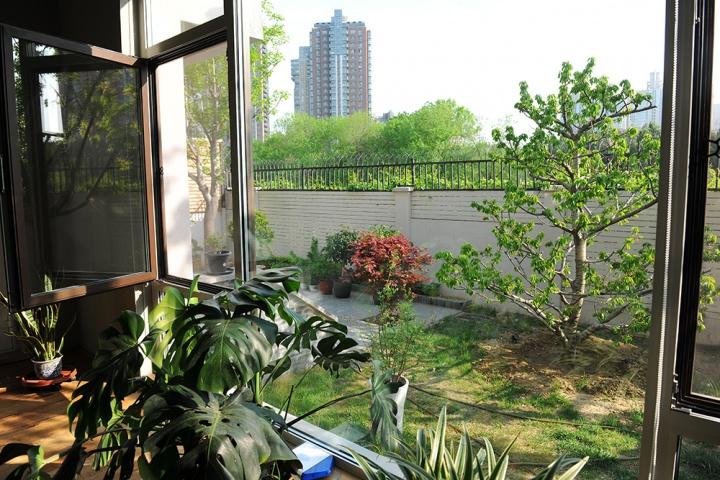 一楼的角度会看见更多院内的景物,也可以看见围墙外的绿树