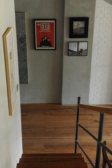 从楼梯向下看一楼墙面上的展览海报