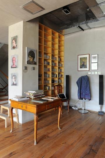 音乐空间。电影、音乐、书籍是张晓刚生活中必不可少的。电影一般都藏在家中,工作室里则是收集来的几百张CD