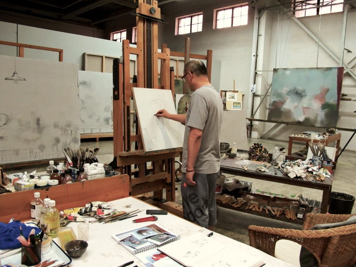 张晓刚喜欢一次同时画多张油画,这张图上我们可以看得见四张新作