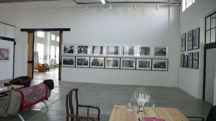 正面墙上摆放的是张晓刚2007年创作的一批图片作品,右侧墙上是一些展览海报