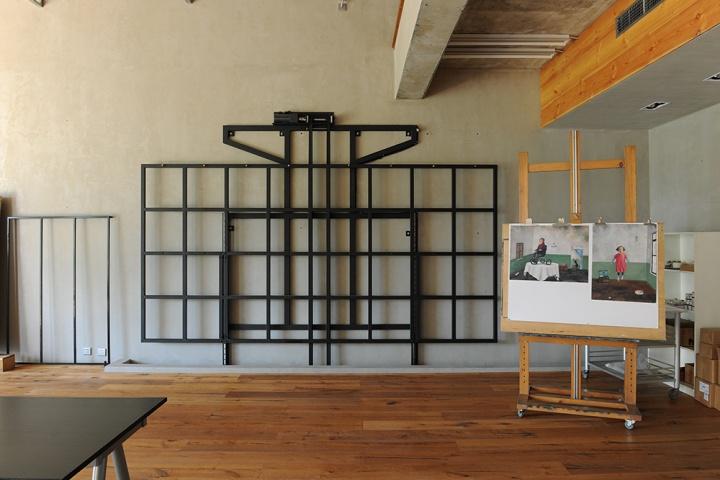 电动升降架已经装好了。张晓刚说之前旧工作室有七米高,容易让人画出很大的作品,现在搬到新工作室,因为场地原因他可能不会再画那么多大幅作品,他也笑称年纪大了,也画不动那么大的作品了