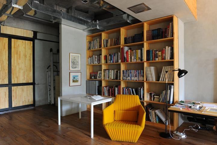 这只黄色沙发,是从旧工作室搬来的,也曾出现在08年的那张工作室照片的前景中
