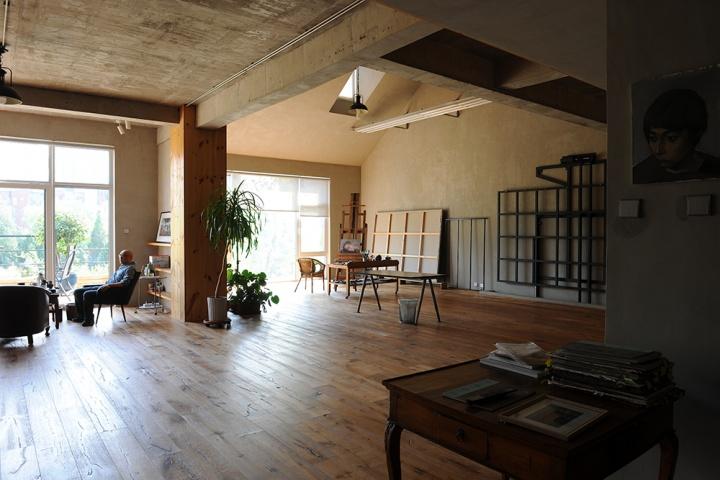 """新工作室还显得比较空旷,我想下次再去肯定会更""""充实""""一些。张晓刚介绍他在何各庄一号地的工作室时说:""""最开始也很空,但几年之后,我的东西就翻了三倍"""""""