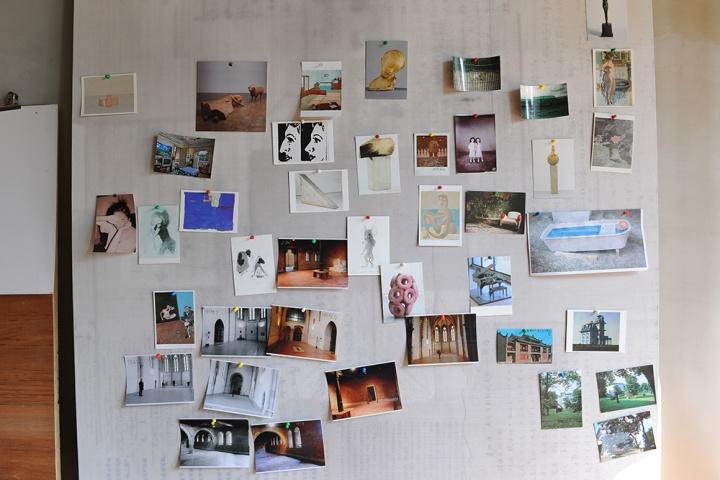 新工作室里的照片墙