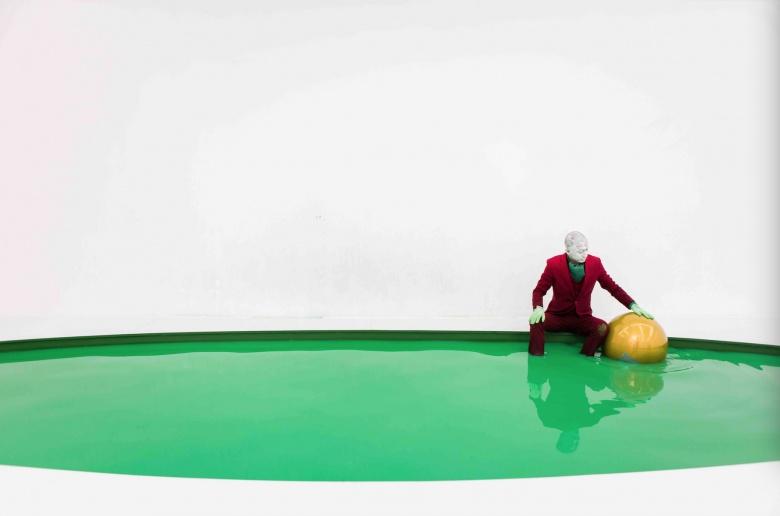"""刘成瑞(刮子)在没顶画廊的个展""""异教徒"""",七天内,艺术家依次使用红、橙、黄、绿、黑、蓝、紫,七种颜色的球体,在水池中进行表演。除了行为本身之外,对行为的视觉性的注重也已经成为了艺术家行为的一大亮点。"""