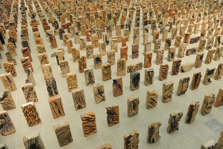 """前波画廊邬建安新作展""""万物"""",作品《浅山》 尺寸可变 砖 2016 。延续艺术家一贯的创作手法,但在表达形式上更有力量和厚度。"""