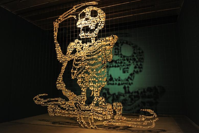 邬建安作品《大骨架》,细碎的海螺组成巨大的图形,灯光配合投影,是艺术家创作手法的延续,其背后依然是个体与整体、个人与社会之间的关系的探讨。