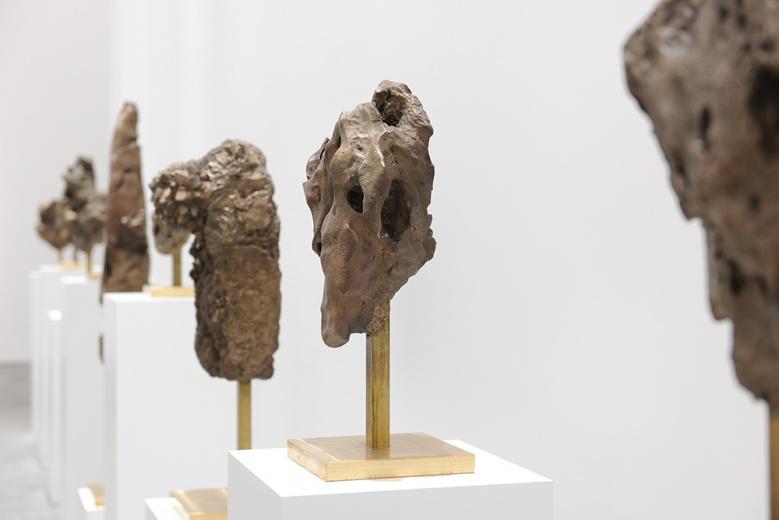 """长征空间8.0升级版新空间带来的首展""""王思顺:启示"""",艺术家从世界各地带回来的石头,并根据其形态进行艺术性再创作,是对自然的崇敬也是对文化、种族、地域冲突的再现。"""