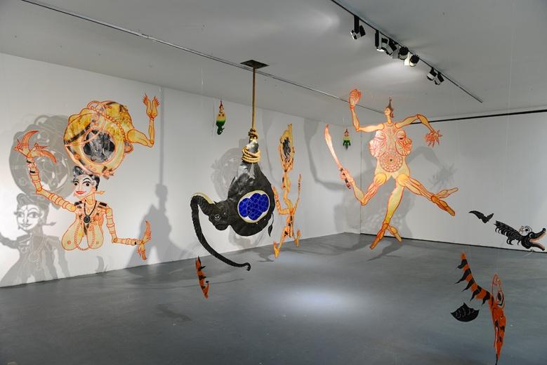 当代唐人艺术中心泰国艺术家Chusak Srikwan运用皮影戏创作的《自由形式是一种珍贵的祝福》,带有泰国特有的轻松,造成空间里的剧场效果。平面、投影和空间之间形成对绘画性中空间的探索。