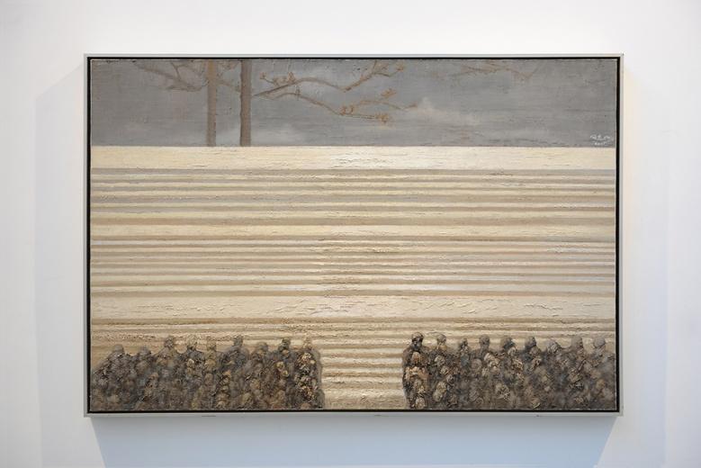 """艺·凯旋艺术空间何杰个展""""史·观"""",色彩越来越趋向""""高亮灰""""的何杰,作品中除了一贯对公共事件的关注,也开始突破过往图式、感受和色彩上的框架。"""