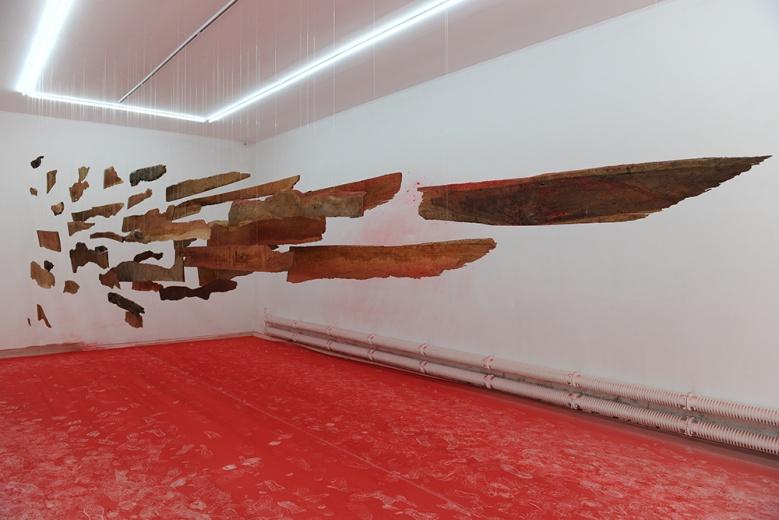 """冷墨小组草场地EGG画廊艺术展""""不可造次"""",以红色为主题色诠释对传统""""水墨""""的理解,带有小组一贯的风格,颠覆人们""""非黑即白""""的印象。"""